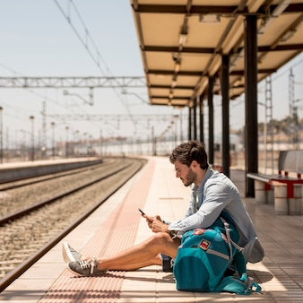 Passagier zittend op de grond