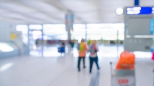 Passagiers bij de luchthaventerminal vage achtergrond