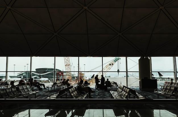 Passagiers in de wachtruimte op de luchthaven