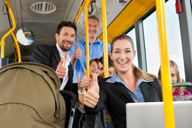 Passagiers in een bus