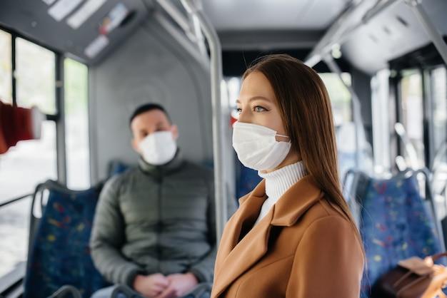 Passagiers in het openbaar vervoer houden tijdens de coronaviruspandemie afstand van elkaar. beschermings- en preventiecovid 19.