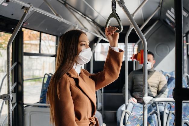 Passagiers in het openbaar vervoer tijdens de coronavirus pandemie houden afstand van elkaar. bescherming en preventie covid 19.