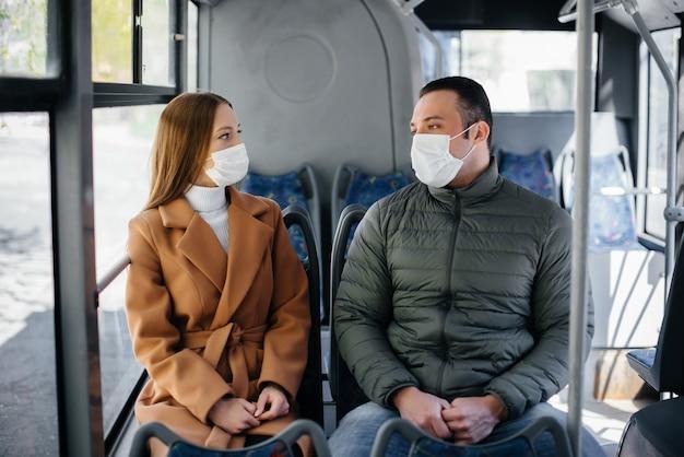 Passagiers in het openbaar vervoer tijdens de coronavirus pandemie houden afstand van elkaar. bescherming en preventie covid-19.