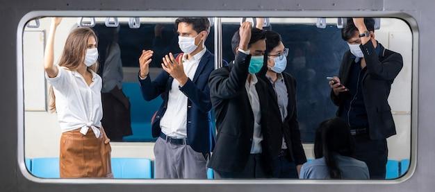 Passagiers in massale snelle doorvoertrein, menigte mensen passagier in de trein, passagiers die in de skytrain staan, vervoer van het massatransportsysteem van bangkok.
