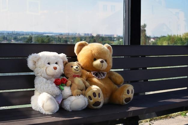 Passagiers op de bank teddyberen op de bank familie reist concept grappige zomerfoto bus s