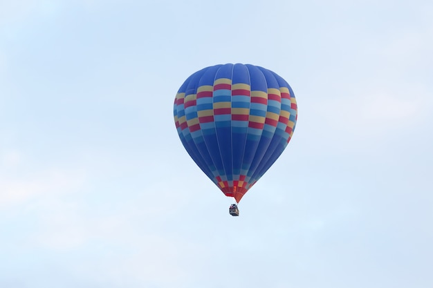 Passagiersballon vliegen in de lucht cappadocië
