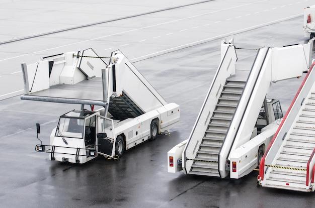 Passagiersladders voor het instappen van passagiers in een vliegtuig.