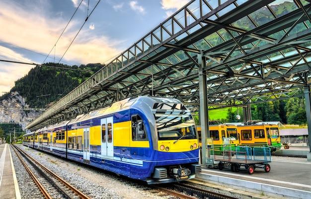 Passagiersrackandpinion-treinen op het treinstation van lauterbrunnen in zwitserland