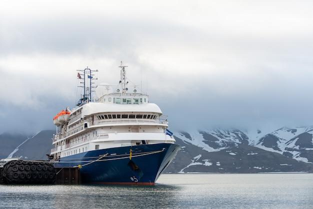 Passagiersschip afgemeerd in de haven van longyearbyen uitzicht van voren