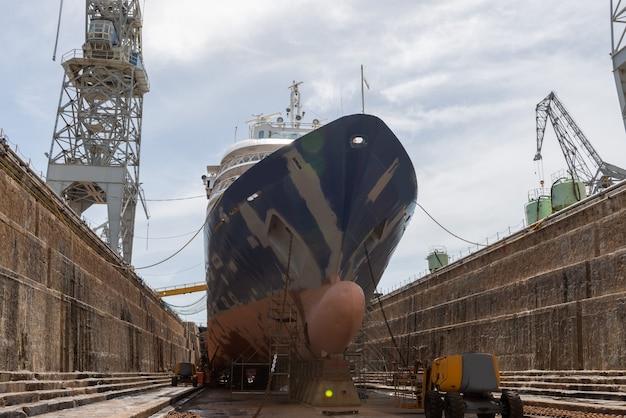 Passagiersschip in droogdok op schip dat werf herstelt