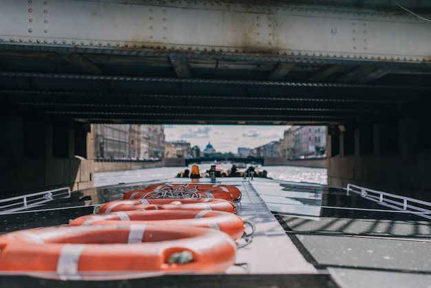 Passagiersschip met passagiers passeert onder de brug over de rivier de fontanka