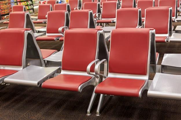 Passagiersstoel op luchthaven, wachtkamer, uitzicht vanaf de luchthaventerminal.