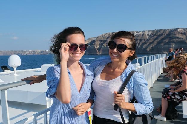 Passagiersvaart, moeder en tienerdochter op het dek van de veerboot