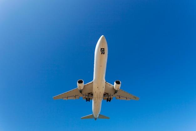 Passagiersvliegtuig die in de blauwe hemel vliegen