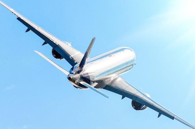 Passagiersvliegtuig glanzende romp en klimvlucht.