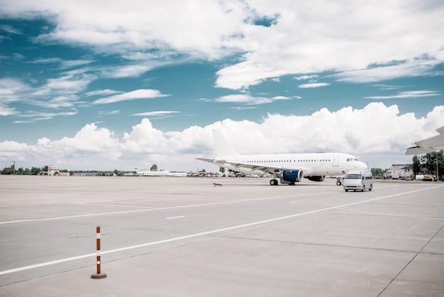 Passagiersvliegtuig op vliegtuigparkeren, niemand