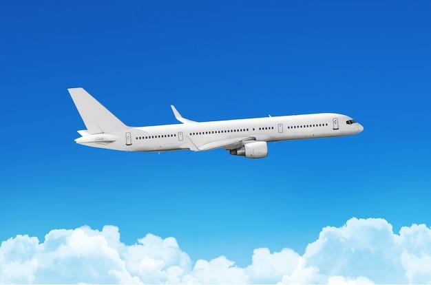 Passagiersvliegtuig vliegt op een trein boven wolken en blauwe hemel.