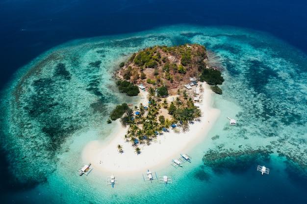 Passeer eiland in de filippijnen, provincie coron. luchtfoto van drone over vakantie, reizen en tropische plaatsen