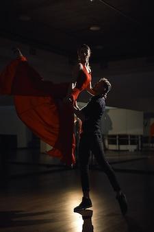 Passie danspaar, vrouw springen