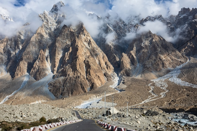 Passu cones karakoram highway hunza riviervallei, pakistan. bewolkt daglandschap