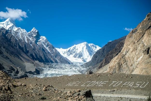 Passu-gletsjer met de tekst 'welcome to pasu'. passu, pakistan.