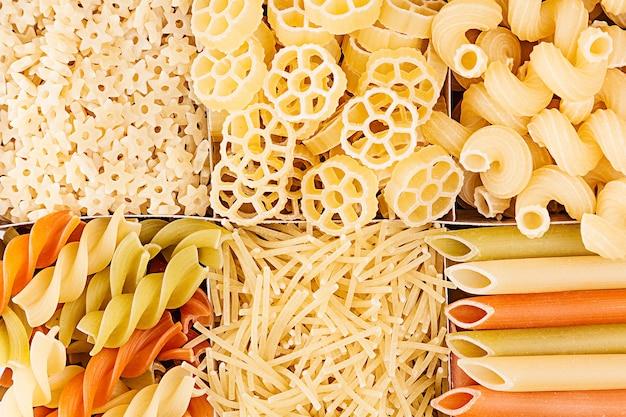 Pasta achtergrond assortiment van verschillende soorten italiaanse macaroni in schaakcellen