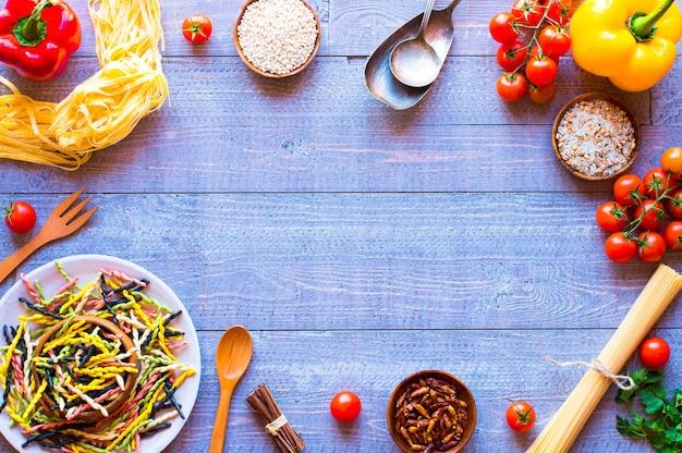 Pasta achtergrond met groenten,
