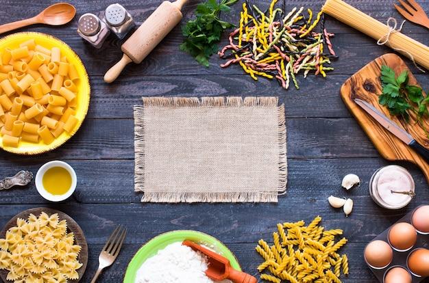 Pasta achtergrond. verschillende soorten pasta met groenten,