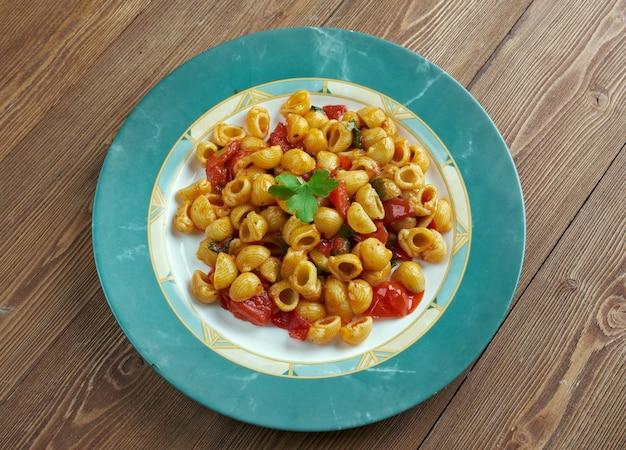 Pasta alla carrettiera. siciliaans recept voor italiaanse pasta chifferi