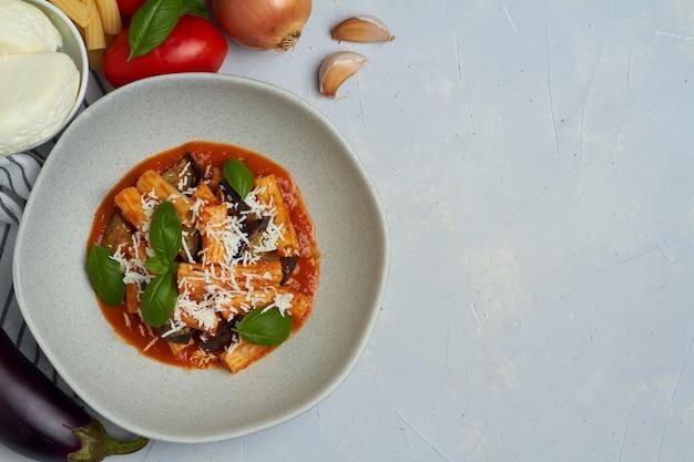 Pasta alla norma met aubergine ricotta tomatensaus copy space
