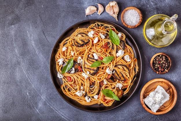 Pasta alla norma - traditioneel italiaans eten met aubergine, tomatenkaas en basilicum