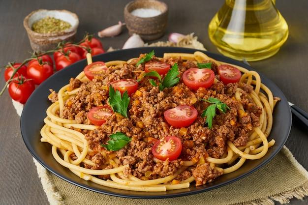 Pasta bolognese bucatini met gehakt vlees en tomaten