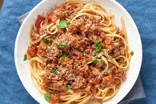 Pasta bolognese linguine met gehakt en tomatensaus. bovenaanzicht, close-up