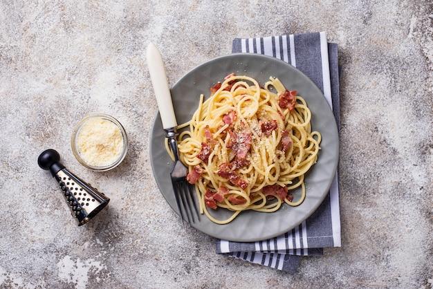 Pasta carbonara met spek en parmezaanse kaas