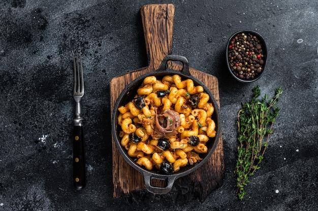 Pasta cellentani puttanesca zeevruchten pasta in een pan