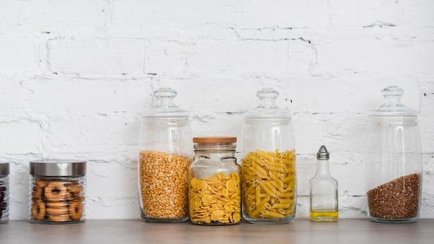 Pasta containers op het aanrecht