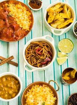 Pasta en limoen te midden van specerijen en gerechten