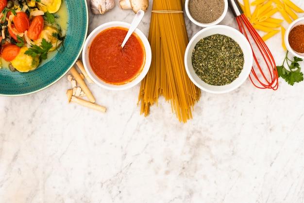 Pasta en pasta ingrediënten op marmeren gestructureerde achtergrond