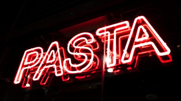 Pasta fastfood teken in neonlichten