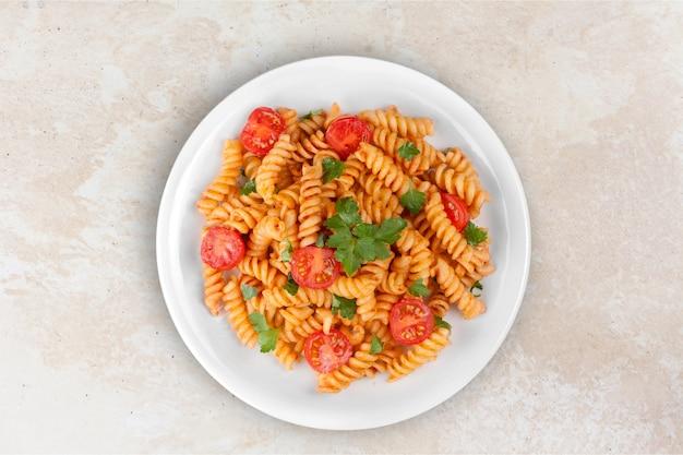 Pasta fusilli met bolognese tomaten-rundvleessaus