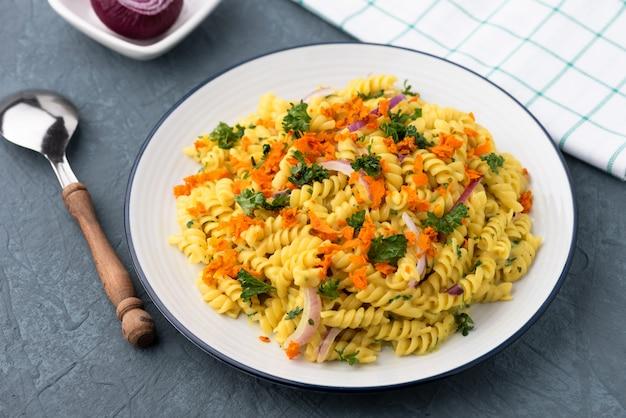 Pasta fusilli met groente in kruidensaus