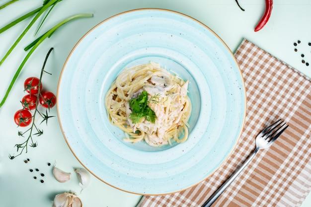 Pasta gegarneerd met zure room en champignons
