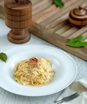 Pasta gevuld met room en gegarneerd met peper