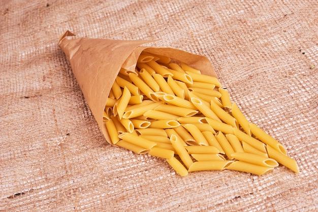 Pasta in een papieren wikkel.
