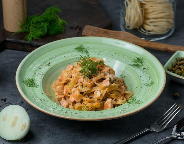 Pasta in tomatensaus met kruiden en specerijen