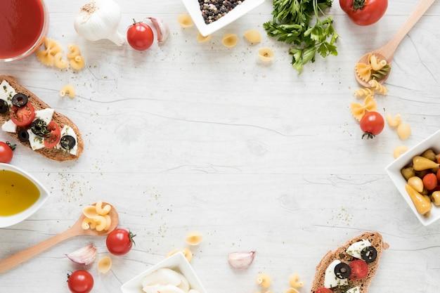 Pasta ingrediënt gerangschikt in circulaire frame op houten bureau