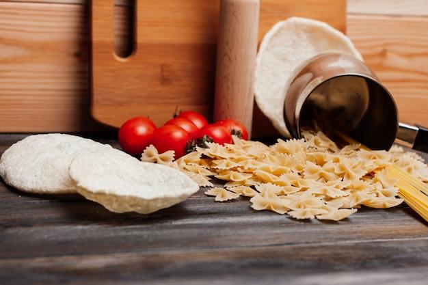 Pasta koken met tomaten