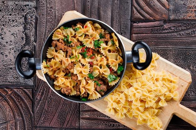 Pasta maaltijd in pan met rauwe pasta