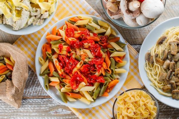 Pasta maaltijden in platen met rauwe pasta, champignons