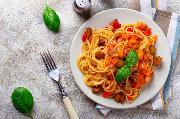 Pasta met aubergine, peper en tomaten